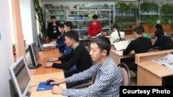 Студенты в библиотеке Жамбылского гуманитарно-технического университета.