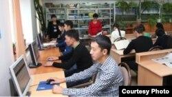 Жамбыл гуманитарлық-техникалық университетінің кітапханасында отырған студенттер. (Көрнекі сурет)