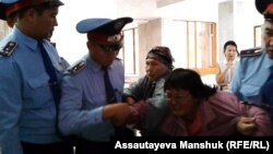 Әкімдік алдына наразылық өткізуге барған тұрғынды полиция ұстап тұр. Алматы, 4 қазан 2013 жыл. Көрнекі сурет