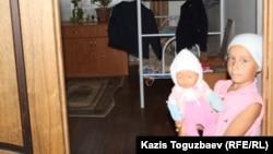 Девочка с куклой в приюте отца Софрония. Поселок имени Туймебаева Илийского района Алматинской области.