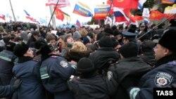 Столкновение полиции с демонстрантами в Севастополе
