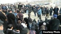 Шекарадағы атыстан кейінгі тұрғындар жиналысы. Қырғызстан, Ақ-Сай, 12 қаңтар 2014 жыл.