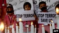 """Индийские школьники в городе Силигури держат плакаты """"Остановить террор"""" на акции в память об убитых учащихся школы в Пешаваре"""
