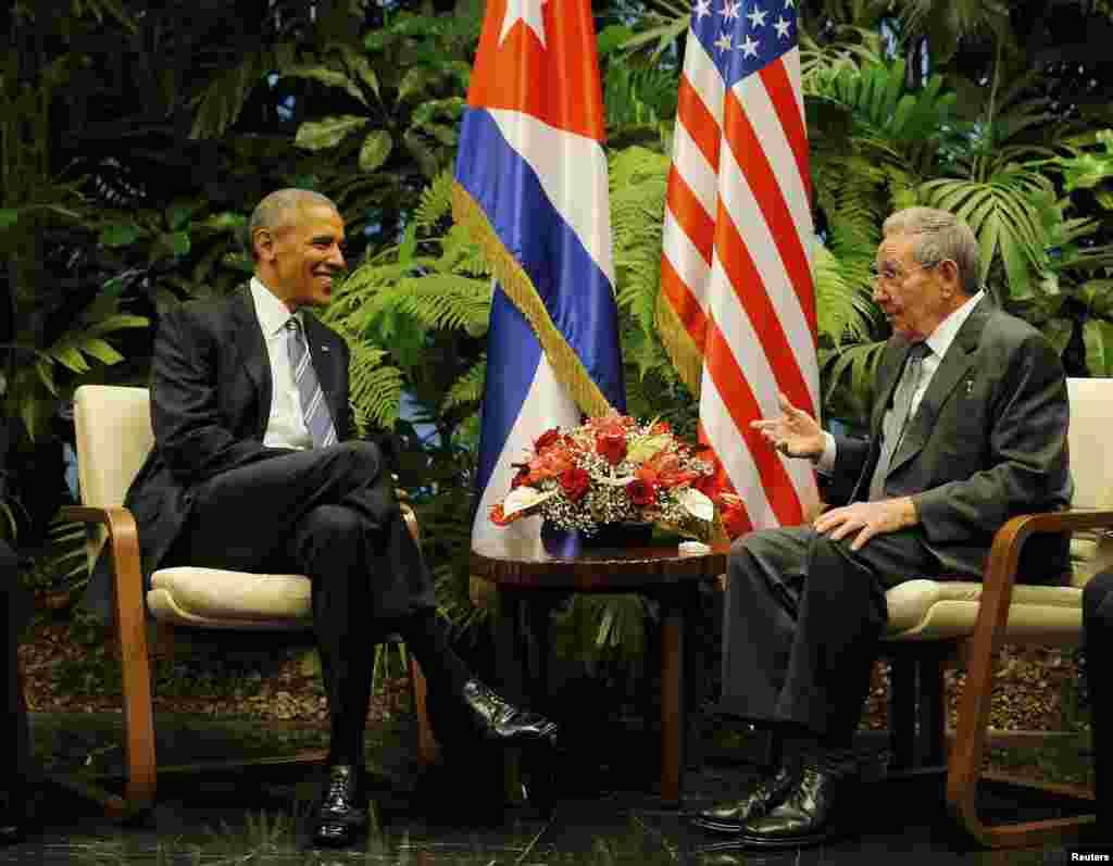 Президент США Барак Обама (ліворуч) під час зустрічі із президентом Куби Раулем Кастро. Гавана, 21 березня 2016 року. Вперше з 1928 року Кубу відвідав чинний президент США