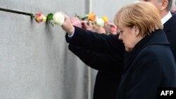 Ангела Меркель біля залишків Берлінського муру