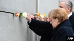 Германия канцлері Ангела Меркель мен Берлин мэрі Краус Воверайт Берлин қабырғасының сақталып қалған бөлігінде тұр. 9 қараша 2014 жыл.