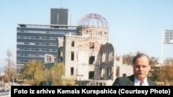 Autor ispred Spomenika miru, poznatog i kao Kupola bombe, u Hirošimi u jesen 1990. (Foto iz arhive Kemala Kurspahića)