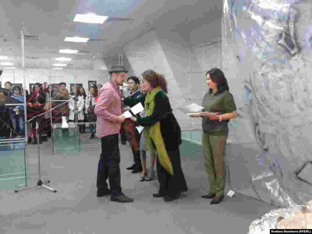 """Көрме ашылар алдында суретшілерге осы шараға қатысқаны туралы дипломдар берілді. Made in Astana көрмесіне қойылатын туындылар жаз бойы арнайы конкурспен іріктелген еді.  Дипломдар тапсырған суретші Лейла Махат жас суретшілерге """"уақытты босқа өткізбей шығармашылықпен айналысу қажет екенін"""" айтты."""