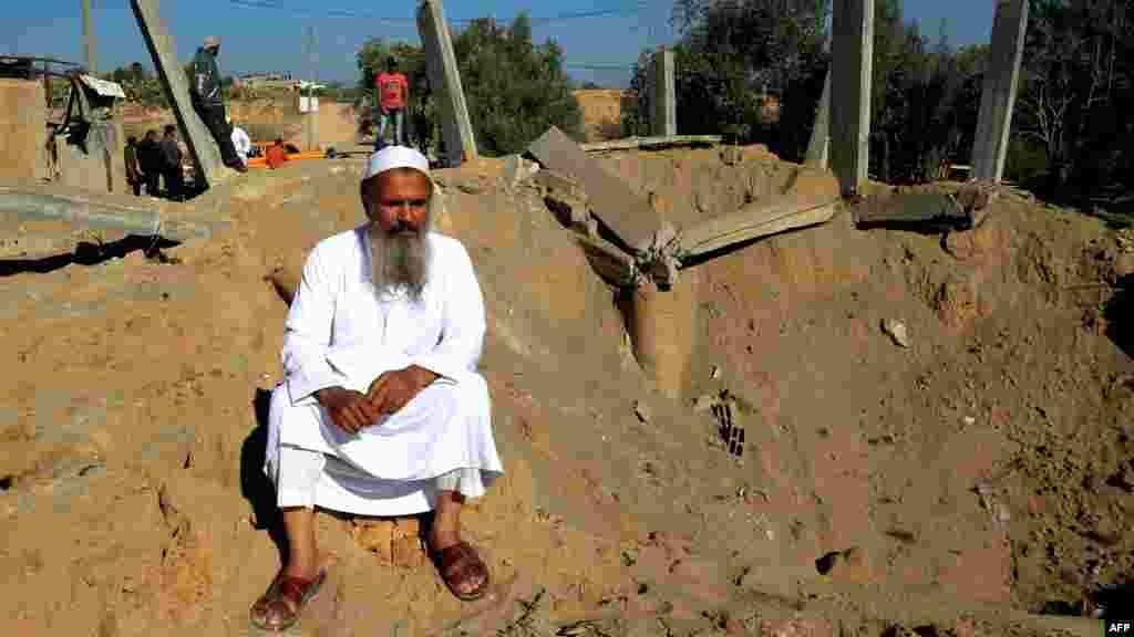 Палестинец у своего разрушенного дома