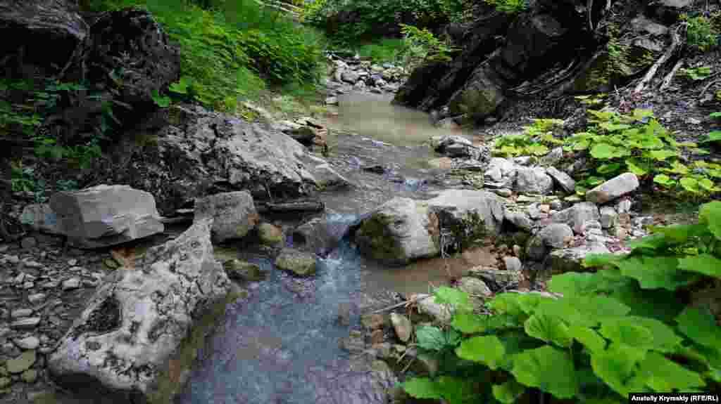 І тече річка Ускут, яку влітку живлять тільки дощі. З суміші тюркського і ногайського річка Ускут перекладають як «верх щастя» або «добрі верхів'я». Вона має й інші назви: Ускют-озені-Айшар, Айсхар-Езень, Ак-Фортла, Алагата-Узень