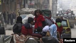 Сириялык балдар жүк тарткан машиненин үстүндө отурушат. Алеппо. 2-январь 2013