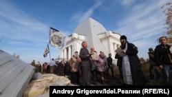 Богослужение у храма-памятника воинам, погибшим при взятии Казани