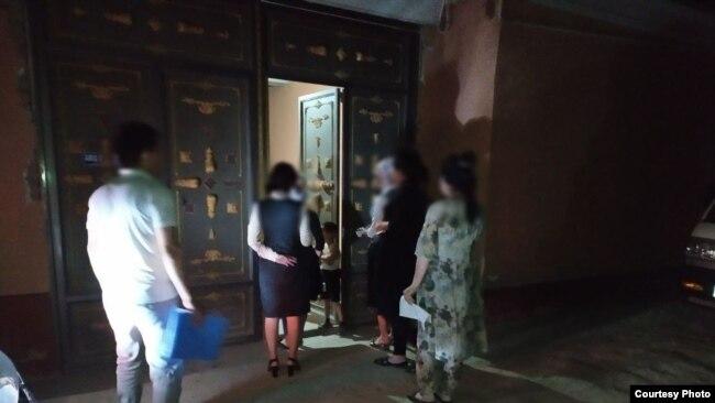 Сотрудники банков в Узбекистане даже в ночное время ходят по домам граждан и упрашивают их вернуть полученные кредиты. Фото взято из Telegram-канала @bankirkundaligi.