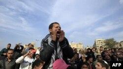 Тахрир алаңында әскери режимге қарсы ұрандап тұрған жұрт. Каир, 21 желтоқсан 2011 жыл