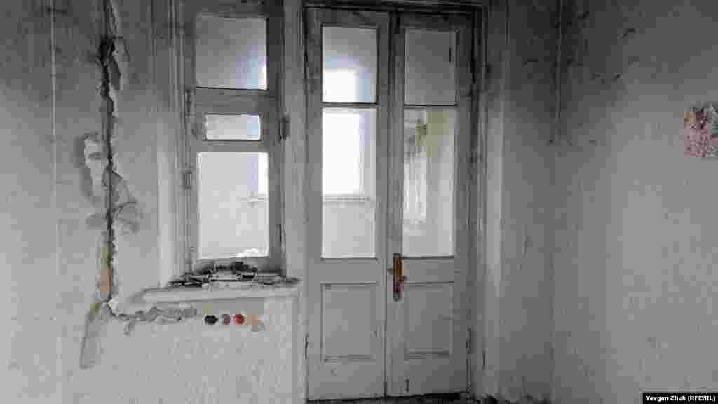 Эти двери и окно уцелели и закрыты