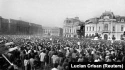 22 decembrie 1989 - Bucureșteni adunați în fața Comitetului Central al PCR, după fuga dictatorului Nicolae Ceaușescu