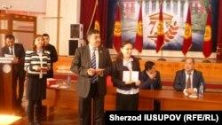 O'zbek milliy madaniy markazi raisi Abdurashid Xo'jaev malaka oshirgan o'qituvchilardan biriga sertifikat topshirmoqda.