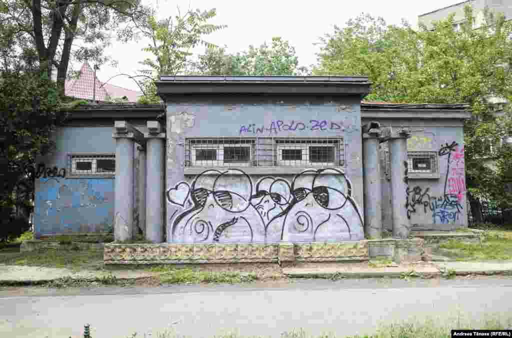 Бенр– молодой уличный художник, который рисует своих персонажей во многих местах Бухареста. На фото одна из работ Бенра у входа в парк Чишмиджиу