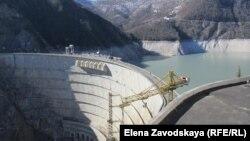 ИнгурГЭС сегодня, как прочный трос, накрепко связывает Абхазию с Грузией. Аппаратная, откуда происходит управление станцией, и пять электрогенераторов находятся на абхазской стороне, а плотина – на территории Грузии. Фото автора