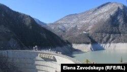 Энергетики сообщили, что в 2017 году на несколько недель будет приостановлена работа электростанции ИнгурГЭС для проведения мониторинга деривационного туннеля перед ремонтными работами