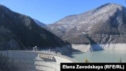 Ингурская ГЭС питает Абхазию практически бесплатной энергией. Фото автора
