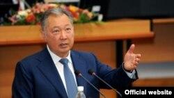 Kyrgyz President Kurmanbek Bakiev addresses lawmakers on September 1.