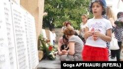 Վրաստան - Ռուս-վրացական պատերազմի զոհերի հուշատախտակի մոտ, Գորի, 8-ը օգոստոսի, 2015թ․