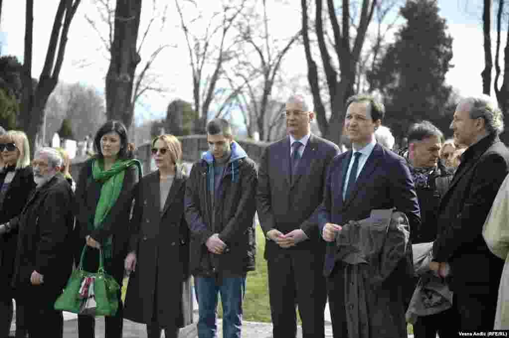 Porodica i prijatelji na grobu Zorana Đinđića u Aleji zaslužnih građana u Beogradu.