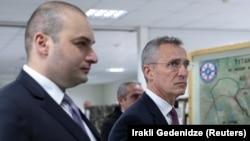 Gürcüstanın baş naziri Mamuka Bakhtadze (solda) və NATO-nun baş katibi Jens Stoltenberg Krtsanisi Milli Təlim Mərkəzində