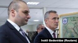 Генеральный секретарь НАТО Йенс Столтенберг (справа) и премьер Грузии Мамука Бахтадзе во время совместных военных учений НАТО и Грузии близ Тбилиси, 25 марта 2019 год