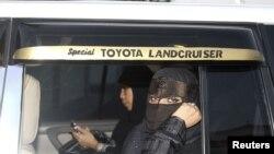 У Саудівській Аравії вважають, що жінка в авті може бути тільки пасажиркою, місто Джидда, фото 2011 року