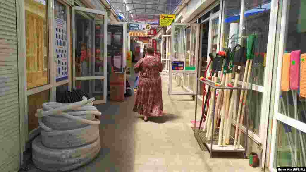 У рядах павільйонів на ринку «Південний», де торгують будівельними товарами і матеріалами