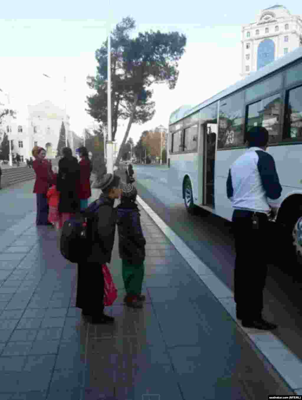 Aşgabat. Awtobus duralgasyndaky ýolagçylar. Dekabr, 2019.