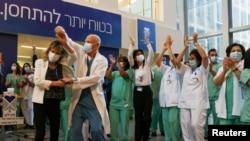 Лекарски тим од Тел Авив го прославува почетокот на вакцинирањето против ковид-19, декември 2020
