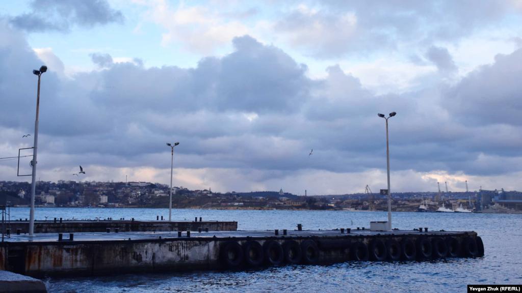 Пасажирські причали біля Графської пристані порожні – під час шторму катери йдуть углиб Південної бухти