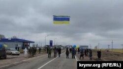 Один із координаторів акції Ісмаїл Рамазанов розповів, що прапор до цього на кілька днів розмістили в «Кримському домі» в Києві. Всі охочі приходили і писали побажання і звернення до кримчан