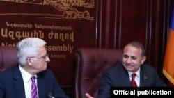 Եվրախորհրդարանի նախագահ Եժի Բուզեկը եւ Ազգային ժողովի խոսնակ Հովիկ Աբրահամյանը համատեղ մամուլի ասուլիսում: 18-ը մայիսի, 2011թ.