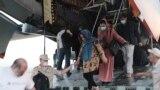 Граждане, эвакуированные из Афганистана, после прилета самолетом Ил-76МД Минобороны РФ, Гиссар, 26 августа 2021 года