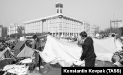 Protesters pack up camp after the resignation of Prime Minister Vitaliy Masol. Ukraine was to become an independent country the following year.