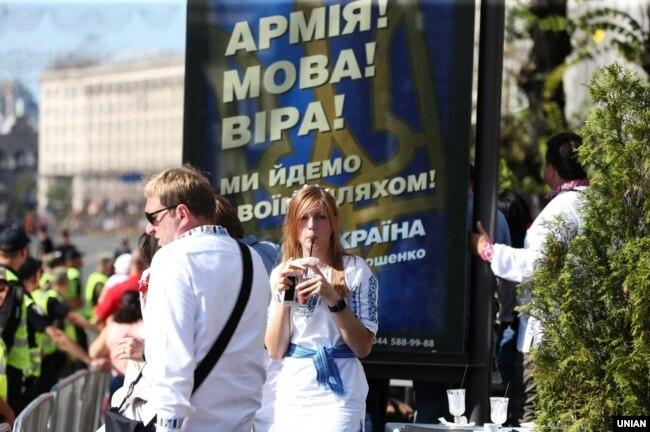 Дівчина біля рекламного плаката на Хрещатику під час параду військ з нагоди Дня Незалежності України. Київ, 24 серпня 2018 року