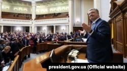 Президент України Петро Порошенко (праворуч) і народні депутати після голосування у Верховній Раді, яким закріплено в Конституції курс України на ЄС і НАТО. Рішення підтримали 334 парламентарів. Київ, 7 лютого 2018 року