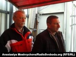 Рідний брат Миколи Карпюка Анатолій та двоюрідний брат Станіслава Клиха Олександр чекають на КПП під судом на закінчення розгляду апеляції на продовження арешту