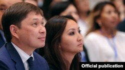 Премьер-министр КР Сапар Исаков и Гульнура Торалиева.