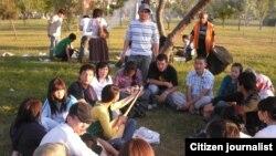 Студенты проводят досуг в парке. Иллюстративное фото.
