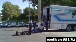 Өзбекстан ұлттық телерадиокомпаниясы түсіру тобы. (Көрнекі сурет)
