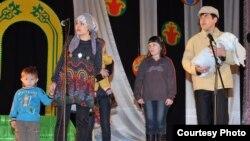 """Артисты театра """"Екі езу"""" выступают с миниатюрой """"Квартиранты"""". Актобе, 13 марта 2009 года."""