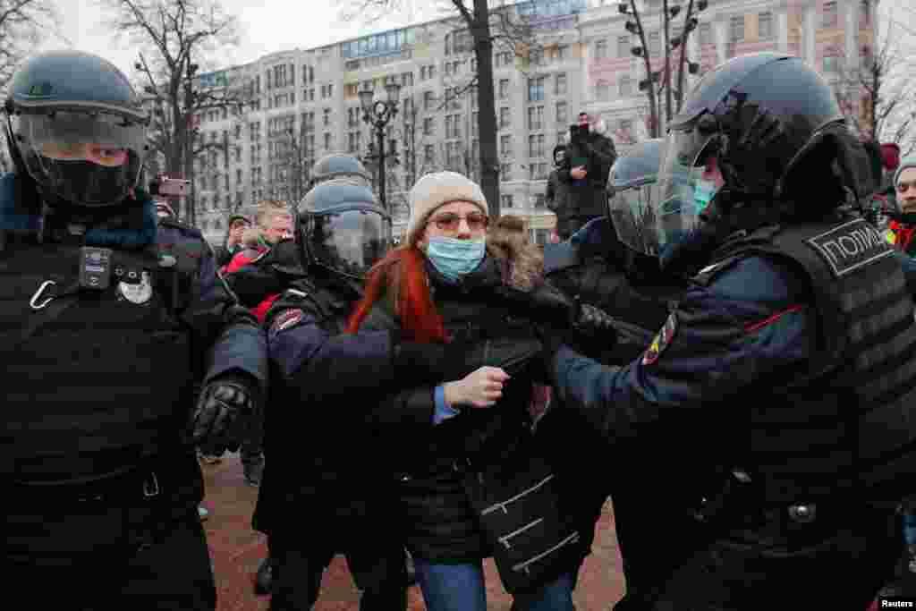 Мәскеудің Пушкин алаңында полиция демонстрация басталмай жатып-ақ адамдарды ұстауға көшкен.