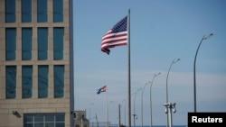 Вид на кубинский и американский флаги возле посольства США в Гаване, Куба, 15 декабря 2020 г.
