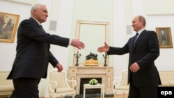 Владимир Путин приветствует президента Южной Осетии Леонида Тибилова