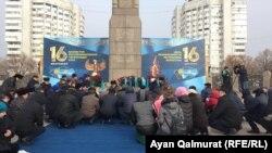 Люди у монумента Независимости во время молитвы в память о погибших во время Желтоксана. Алматы, 16 декабря 2017 года.